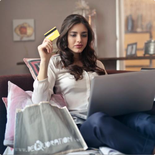 imagem de uma moça segurando um cartão de crédito e olhando para um notebook, esta imagem está na página de contato do site muscat
